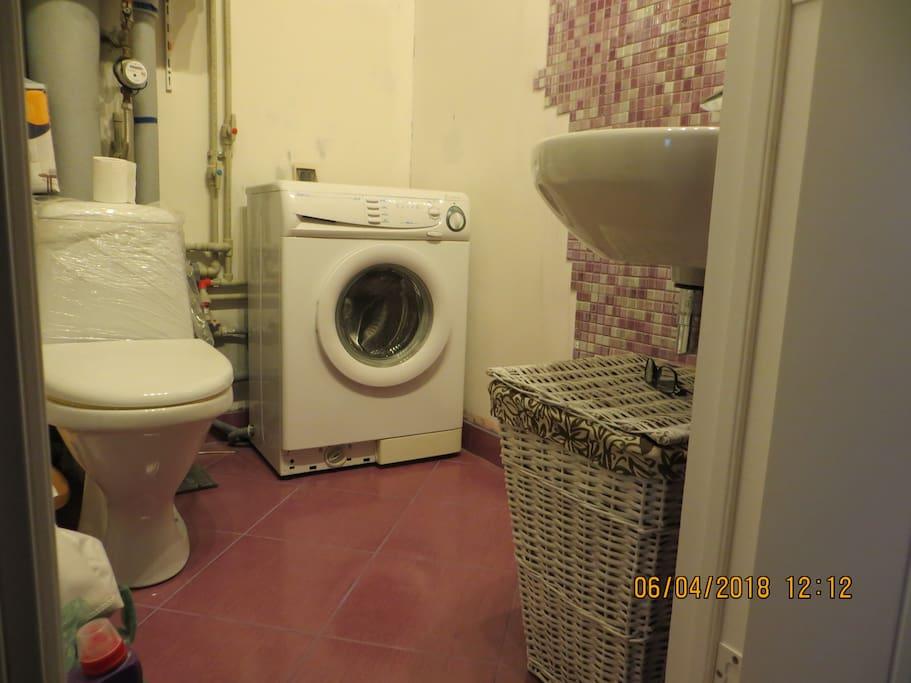 Туалет с умывальником и стиральной машиной