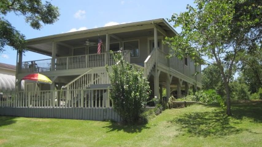Cute Riverfront Home on 1/2 acre - Brazoria - House
