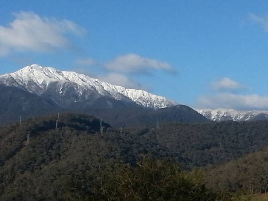 Little Bogong offers amazing views of Victoria's highest peak, Mt Bogong, with views to Mt Fainter and surrounding semi-rural properties.
