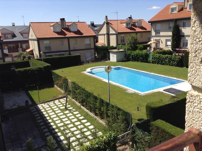 Bonita casa con piscina y jardin en Salamanca - Salamanca, Villares de la Reina - Şehir evi