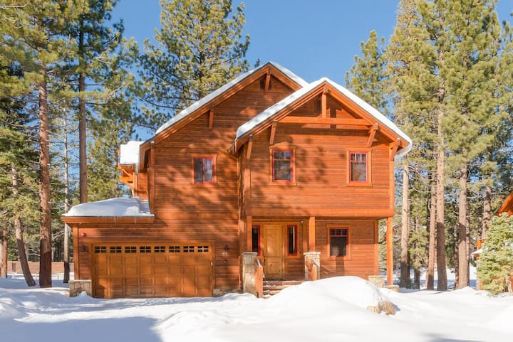 Prized Luxury Cabin with Private hot tub, Gas fireplace, & WiFi--close to Village