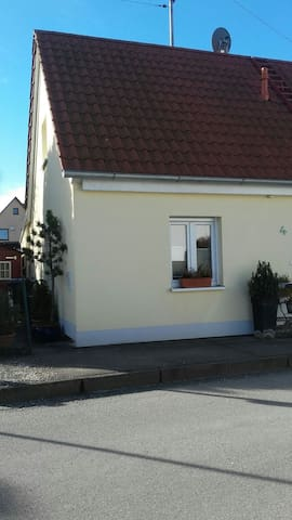 Kleines gemütliches Zimmer, Bahnanschluss - Mering - Hus