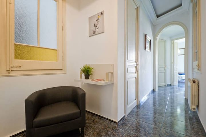 BCN Centre, Single room with desk and WIFI