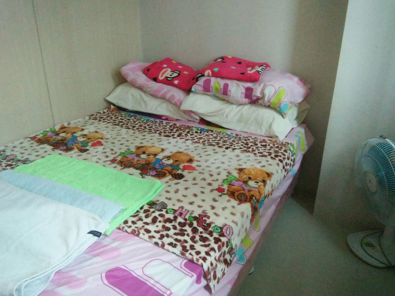 bedroom with 3 towels provided 5 pillows and 5 blankets
