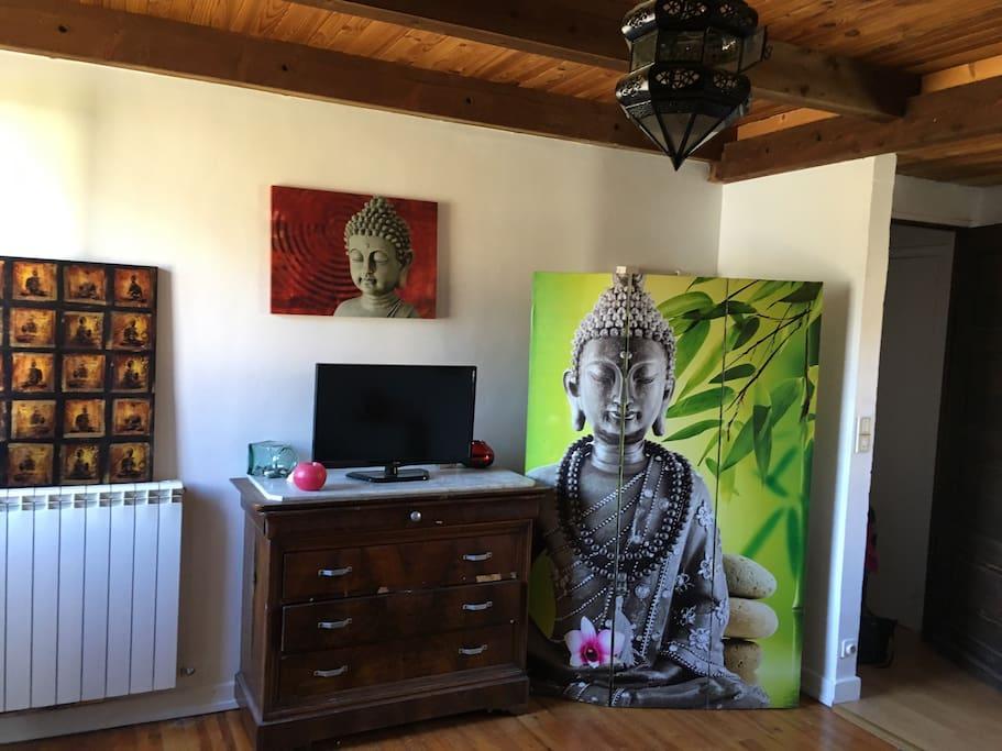 Esprit bouddhiste dans votre chambre, lumineux. Derrière le paravant ce trouve une coiffeuse et un lavabo.