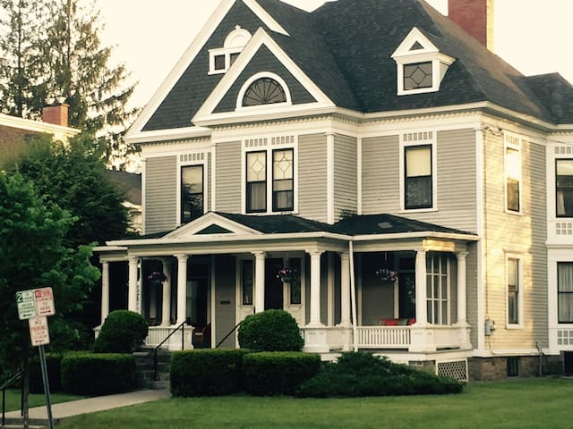 The Inn At Elm - The #1 Place to stay in Oneonta! - Oneonta - House