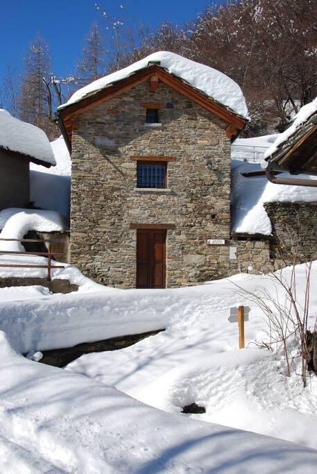 La baita sotto la neve