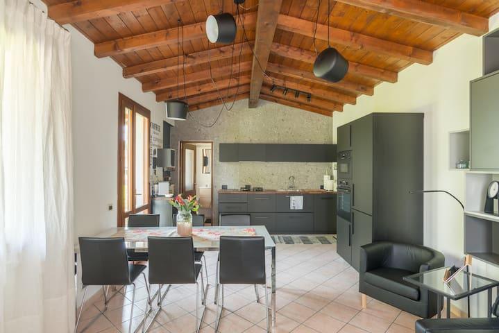 La zona giorno con cucina, sala da pranzo, salotto con tv.