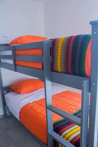 Tercer habitación con litera y closet