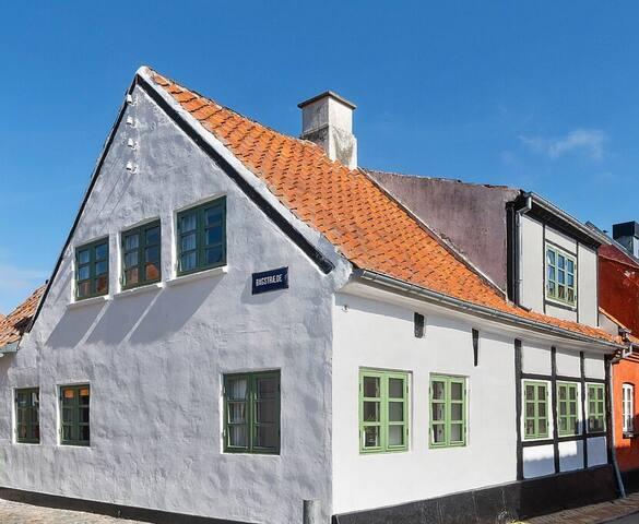 Charmerende byhus med dejlig gårdhave