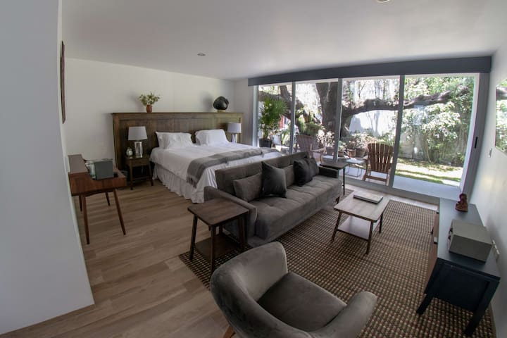 Tule, a Majestic room with an ancient garden
