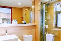 大卧室内的主套卫生间设施。