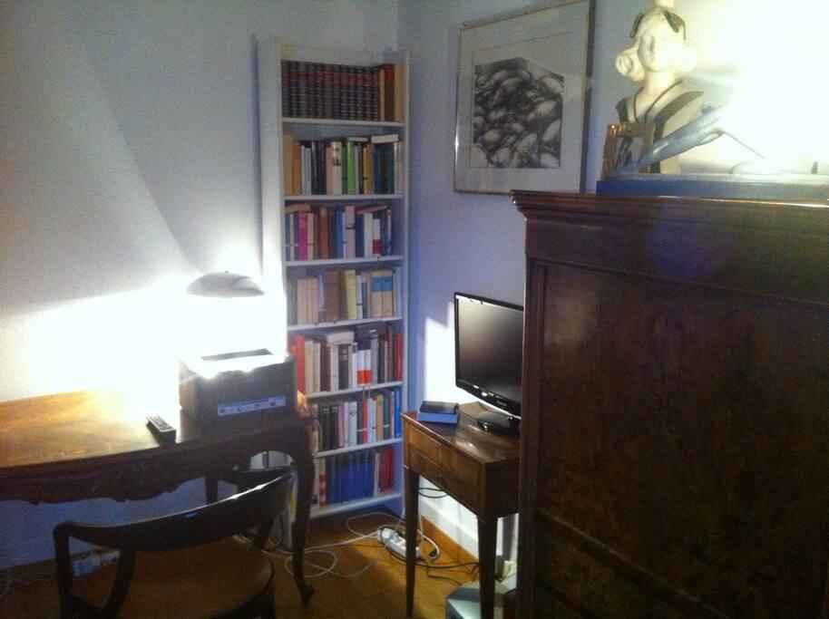 Aufenthaltsraum mit TV und Büchern