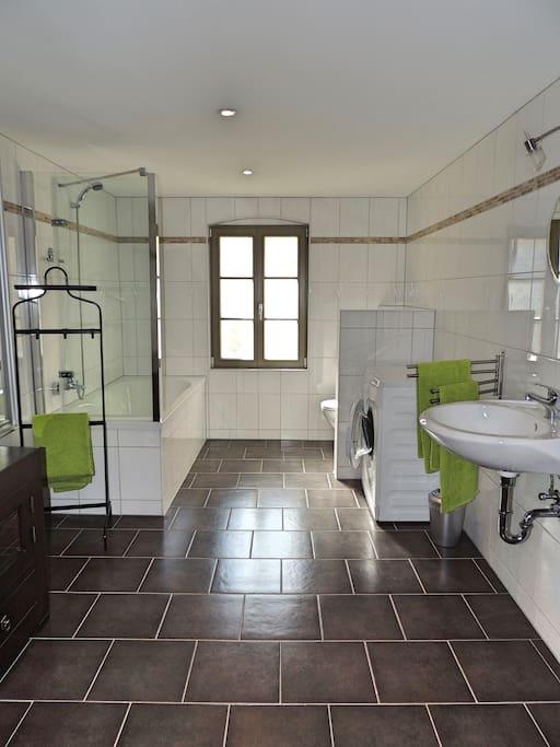 Großzügiges Bad mit Wanne und Waschmaschine
