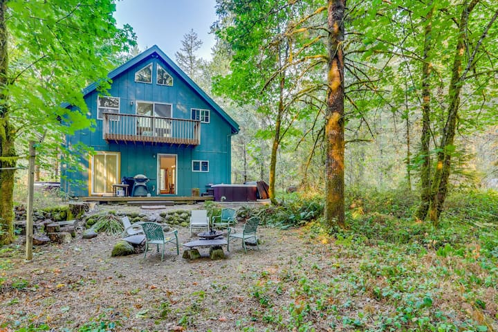 Lovely cabin in the woods with a private hot tub, perfect for relaxing!