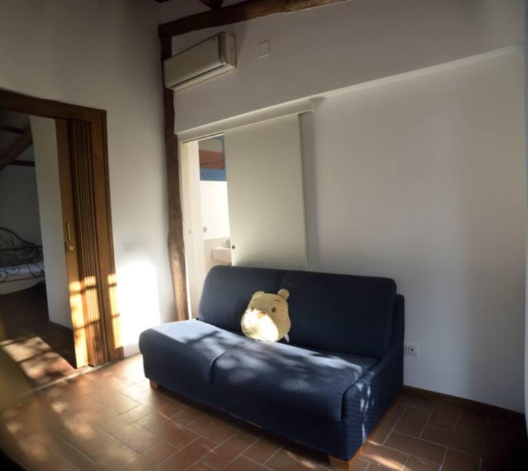 Vista soggiorno con divano letto