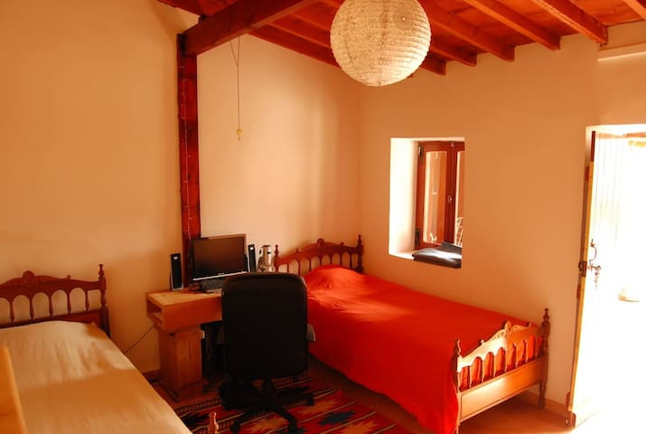 Bedroom with 2 beds in village house near sea - Agios Tychon - Dom