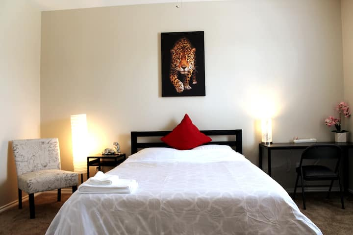 ❤️30day-Leopard Rm w/ Comfy bed/TV/Kitchen/Laundry
