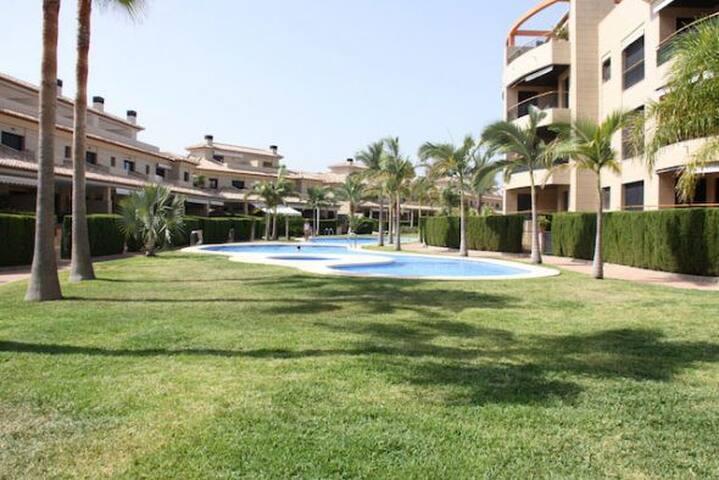 Apartamento con piscina, gimnasio y paddle