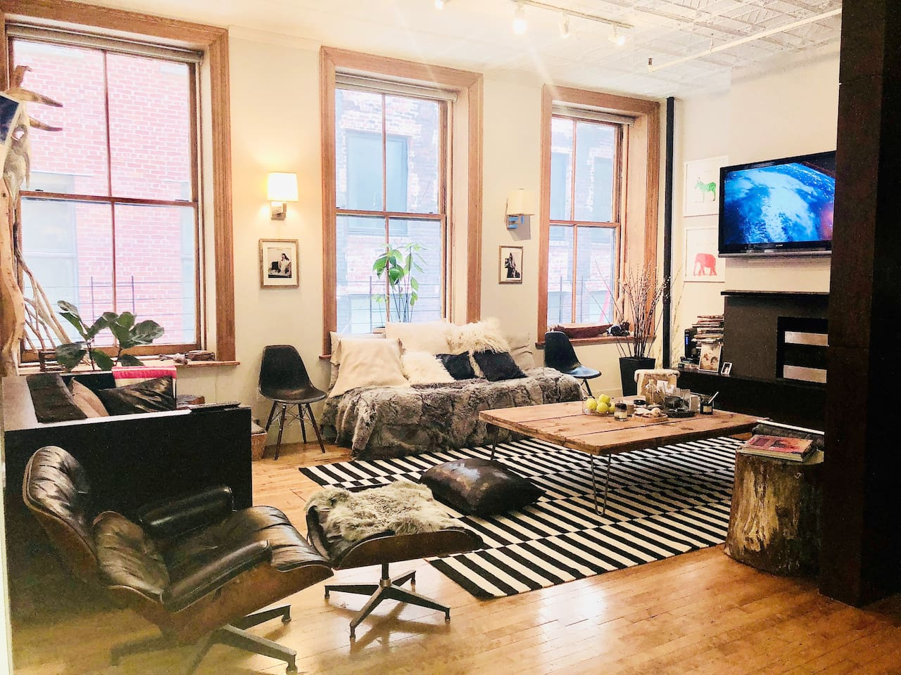 LIVING ROOM WITH GAS FIREPLACE AND NETFLIX, WIFI,FUR SOFA COUCH BED