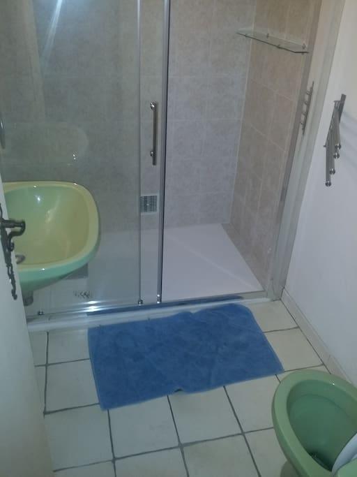 Salle d'eau, wc,lavabo et douche