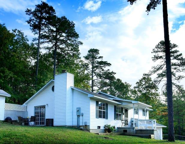 Trailhead Cottage 4 bdrm - Perfect Eureka Location, 1 mi from Downtown, on Trail System