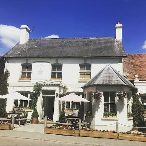 Relaxed flat above popular Pub in Hampshire