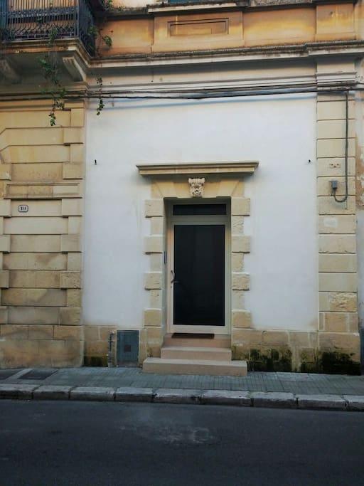 Ingresso appartamento, via Ferrante Caracciolo 10