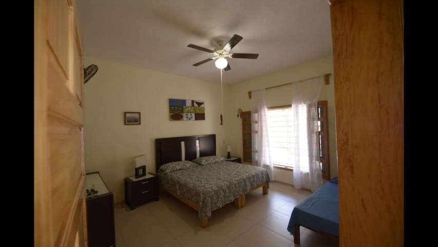 Habitación con camas king e ind. con baño y closet