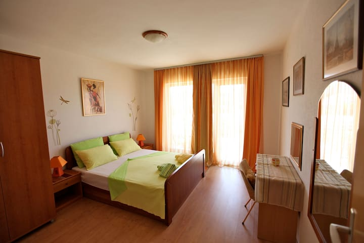 Centrally Located spacious  room with balcony. - Hvar - Bed & Breakfast
