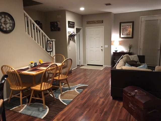 Cozy 2BR 1.5 Bath Townhouse Near Beach Getaway - Camarillo