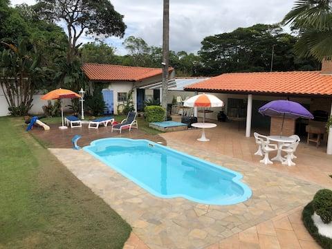 Casa de campo com piscina - condomínio fechado