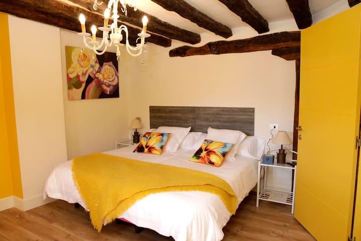 Petraenea Casa Rural, habitación amarilla, se encuentra en la primera planta de la casa rural esta habitación no tiene baño incorporado dentro de la habitación pero tiene su propio baño completo a solo 4 pasos de la habitación.