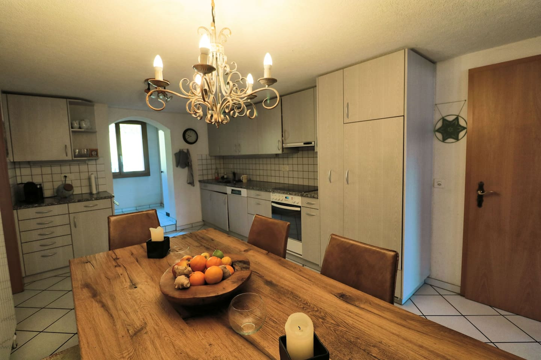 Das Prunkstück in der Küche ist ein rustikaler Tisch aus massiver Sumpfeiche.