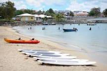 les sports nautiques sont à l'honneur : surf, paddle, kayak...