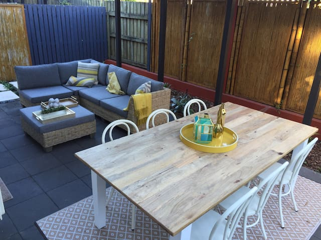 Inner-City Townhouse with Courtyard - Fortitude Valley