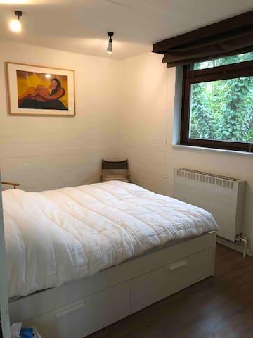 Slaapkamer met opbergruimten onder bed (handdoeken en bedlinnen..)