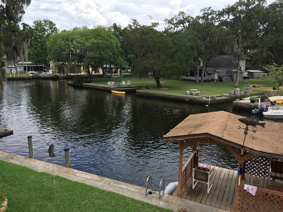 The House is located on the main Weeki Wachee River with great access to the springs and to the bay.