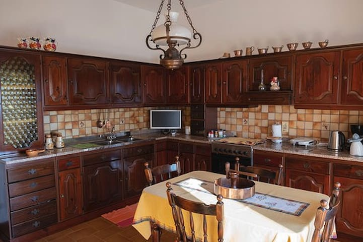 cucina dotata di tutti gli elettrodomestici, tv e seggiolino per bambini