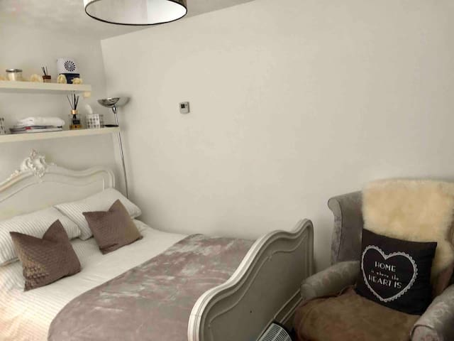 Large Double Room with TV/WIFI/SKY/ & Bath/Shower