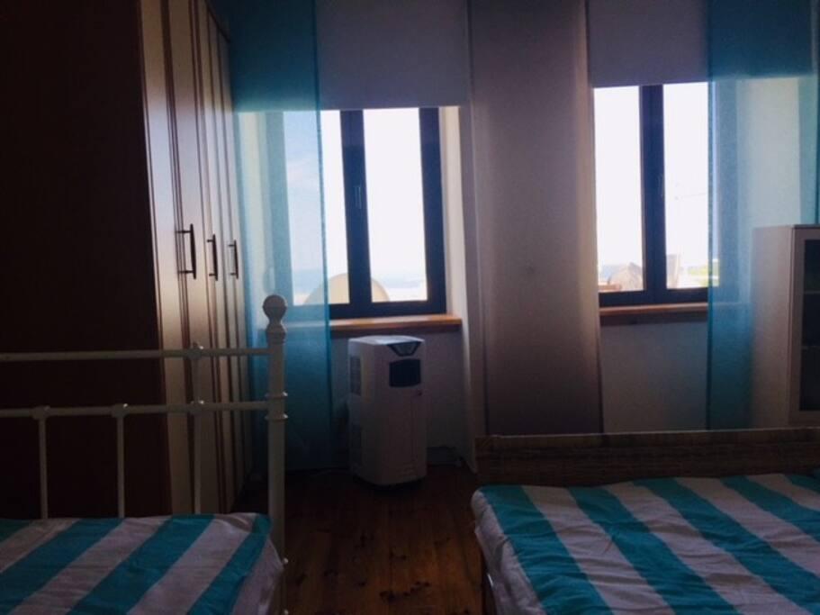 Schlafzimmer Ausblick zur Terrasse und Meer