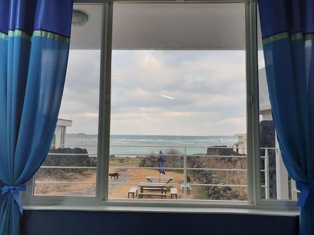 실제 큼직한 창앞에 바다 금능 바다