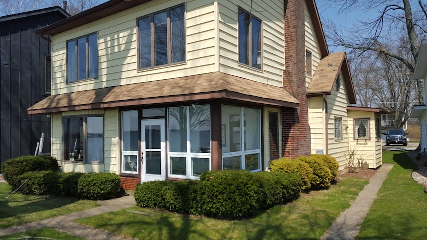 Ideally Located Lakefront Home - Syracuse - House