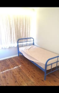 Clean and Spacious Room for Rent! - Saint Marys - House