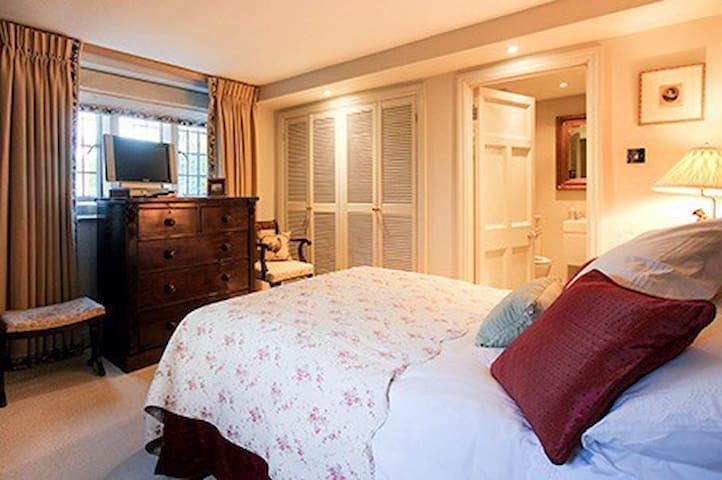 Edwardian Summerhouse Room Two - Shipton Under Wychwood - Bed & Breakfast