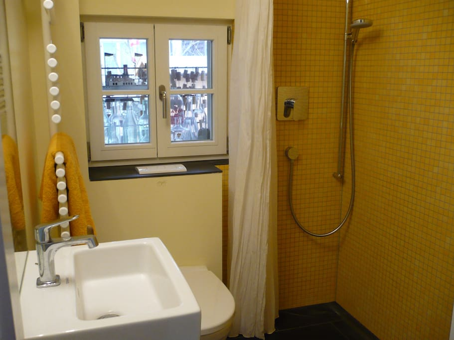 Noch kleiner und feiner: Die Dusche - bei jedem Wetter sonnig gelb