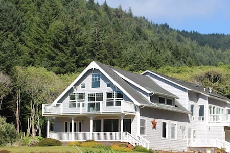 Ocean Creek Bed and Breakfast: Blossom Room