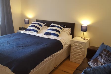 Cosy double bedroom with private en-suite - Dundrum