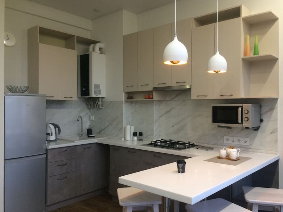 Новая кухня, плита газовая - 4  конфорки