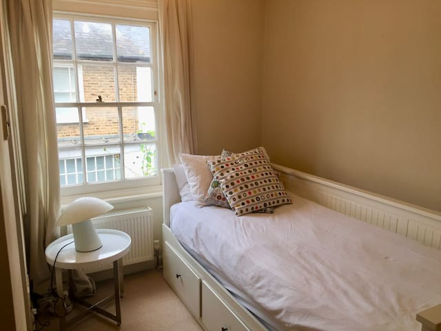 Well presented en-suite room in lovely cottage - Harrow - Hus